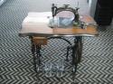 antieke-naaimachine--onderstel-van-peugeot